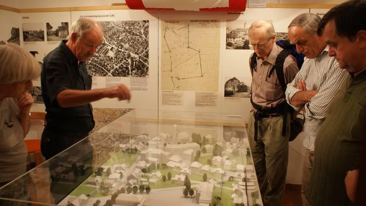 Arthur Müller erklärt die Festung Dietikon im Ortsmuseum.