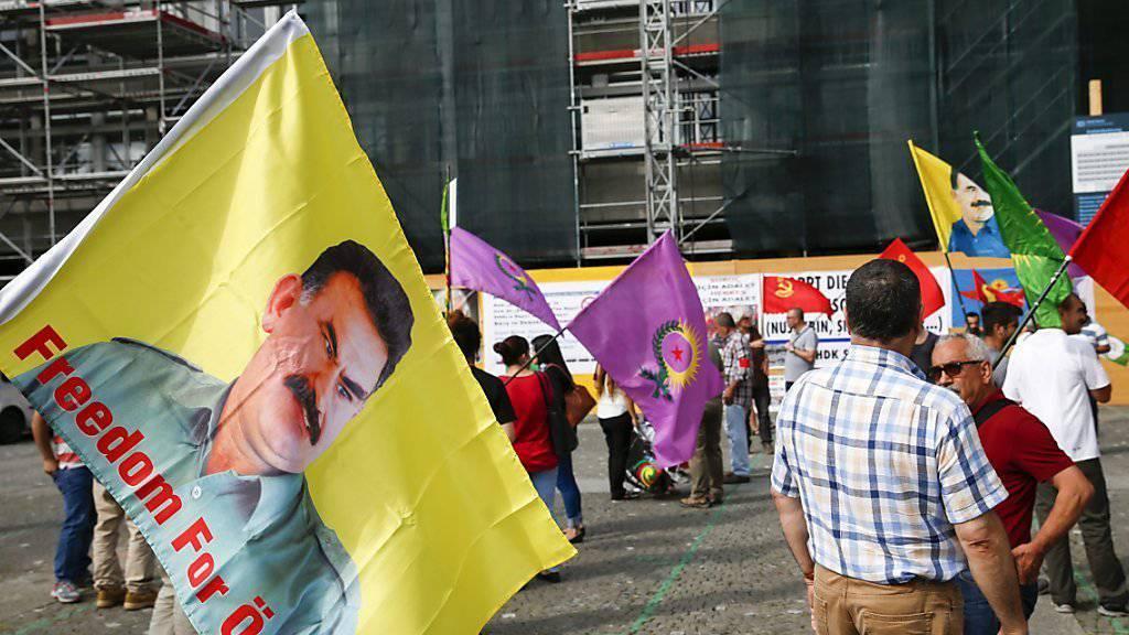 Rund 120 Personen demonstrierten in Zürich gegen die Repressionen des türkischen Präsidenten Recep Tayyip Erdogan.