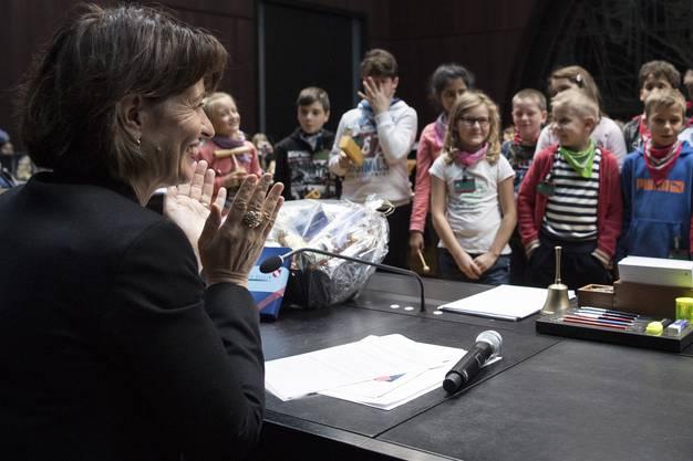 Bundespraesidentin Doris Leuthard, links, appaudiert nach einem Lied der Schulklasse aus Bueel, GL, am Dienstag, 7. November 2017, im Bundeshaus in Bern. Von der SWISSAID auserwaehlte Schulklassen aus Bussigny, VD, Schuepfheim, LU, Turbenthal, ZH und Niederurnen, GL durften der Bundespraesidentin Fragen stellen und Lieder vortragen. (KEYSTONE/Peter Schneider)