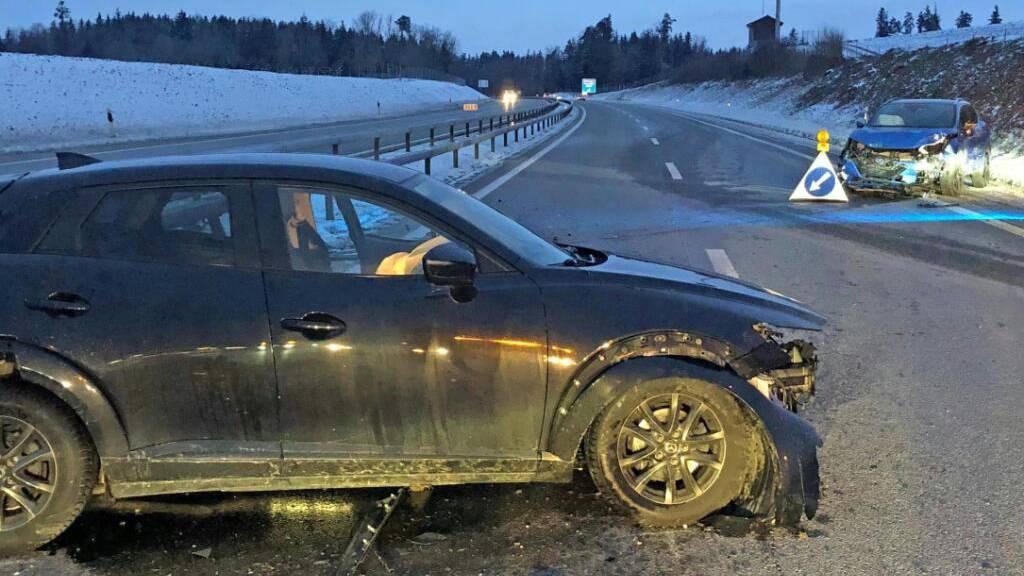 Autolenkerin kollidiert bei Sirnach mit stehendem Unfallauto