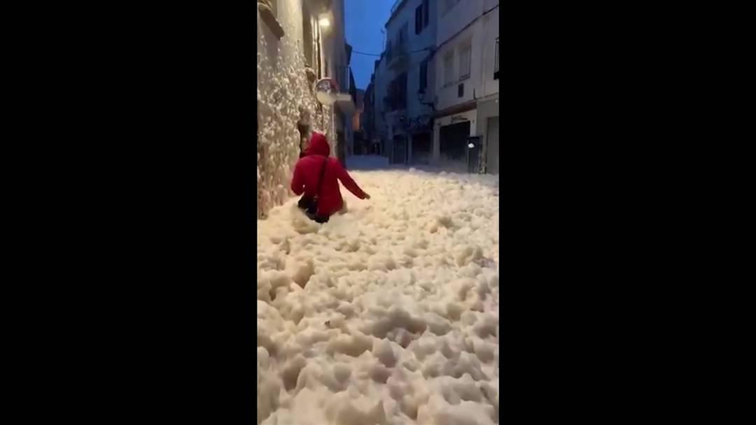 Das Sturmtief Gloria hat die schäumende Gischt hüfthoch in die Strassen der katalonischen Küstenstadt Tossa de Mar geschwemmt.