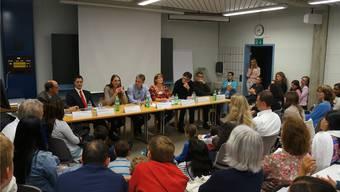 Eine ganze Reihe an Experten und Vertretern der Berufswelt berieten an der Kantonsschule Eltern und ihre Kinder über Ausbildungswege. dhu