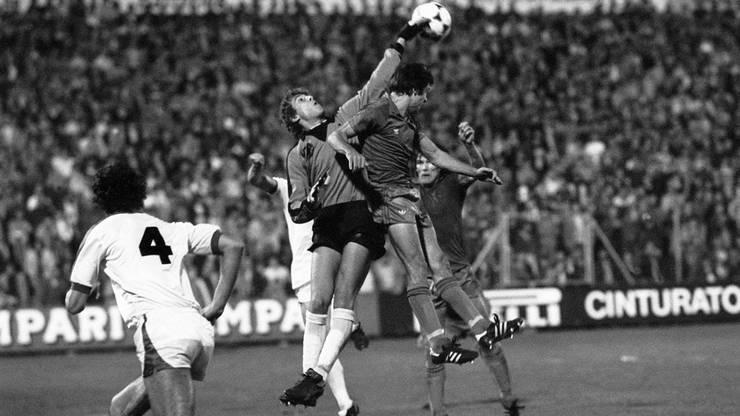 Otto Demarmels im Meistercup-Spiel beim Kampf um den Ball mit Brügge-Torwart Barth im Jahr 1980.
