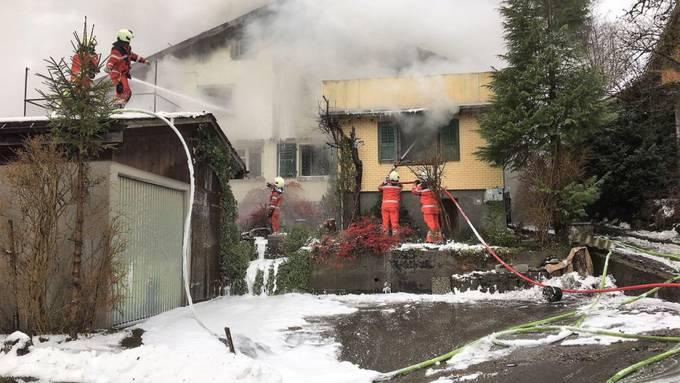 Eine 82-jährige Frau wurde beim Hausbrand in Luchsingen verletzt. Ihr Zustand ist stabil.