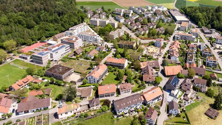 Rütihof von der Vogelperspektive: Gut zu sehen sind unter anderem das neue Schulhaus, die Kapelle (beide links) und der Reiseterminal beim Dorfeingang.
