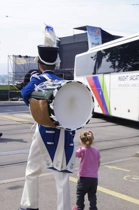 Trommler der Stadtmusik mit Tochter an der Hand