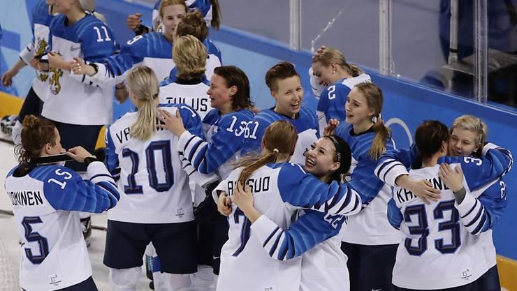 Die finnischen Eishockey-Frauen freuen sich über den Gewinn der Bronzemedaille