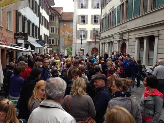 Kurz vor 18 Uhr beim Badener Stadthaus - einige sind zur Demo für Geri Müller gekommen.
