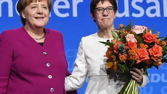 Kanzlerin Angela Merkel (links) und die neue Generalsekretärin Annegret Kramp-Karrenbauer freuen sich über den Ausgang der Abstimmung.