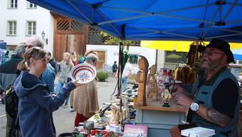 Marktfahrer Heinz Mahler (r.), von allen «Gözi» genannt, freut sich über die guten Geschäfte am Flohmarkt.
