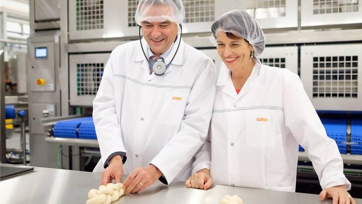 In der Coop-Grossbäckerei in Schafisheim, 2016: Chef Joos Sutter und die damalige Bundesrätin Doris Leuthard. M. Heller
