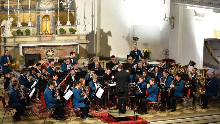 Vor vollen Rängen: Stadtmusik (im Bild) und Jugendmusik luden zu Adventskonzert in die Stadtkirche.