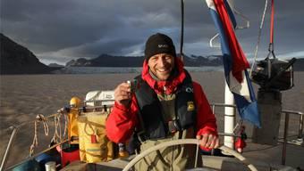 Im Nordmeer: Michael Plattner steht dick eingemummelt am Steuer seines Segelboots und trotzt der eisigen Kälte mit Wärme von aussen – und von innen. Fotos: zvg