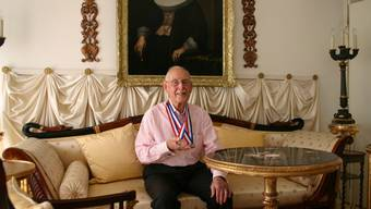 Goldjunge: Charles Eugster in seiner Uitiker Wohnung mit seinen zwei Medaillen.