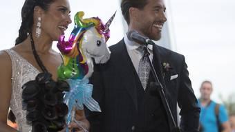 Ein lächelnder Fussballstar: Der Verteidiger von Real Madrid, Sergio Ramos, hat am Wochenende die Schauspielerin Pilar Rubio geheiratet. (AP Photo/Antonio Pizarro)