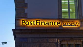 Bei der Postfinance werden unter dem Strich Stellen abgebaut.