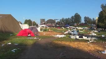 Als ob ein Tornado über den Heitere-Zeltplatz gefegt wäre. Nebst dem Abfall lassen die Camper nicht nur ihre Zelte, sondern auch Sofas liegen.