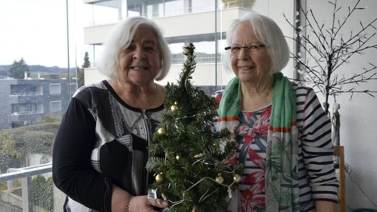 Vor 65 Jahren schlichen die Freundinnen Heidi Härri (l.) und Erna Nafzger mit einem Bäumchen ins Nachbarhaus.