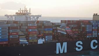 """Die Luftaufnahme aus einem Überwachungsflugzeug des Havariekommandos zeigt das Containerschiff """"MSC Zoe"""", das im Sturm bis zu 270 Container verloren hat."""