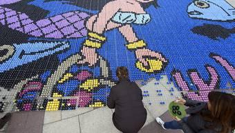 Ein Mosaik aus fast 40'000 gefärbten Eiern ist über Ostern auf einem Platz in Lausanne entstanden.