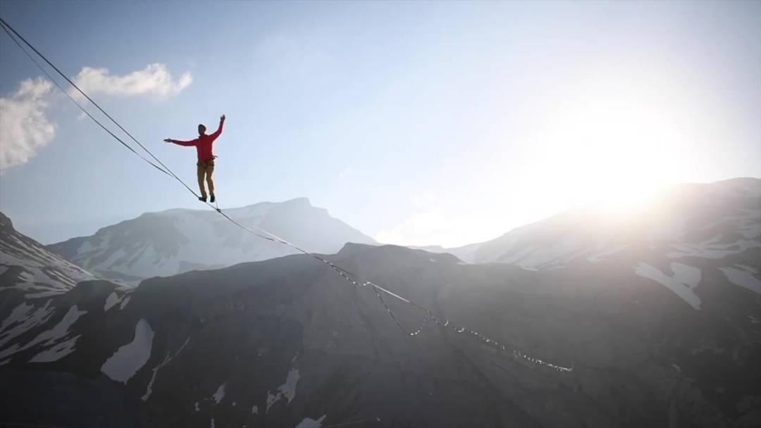 Highline-Akrobatik 200 Meter über dem Boden