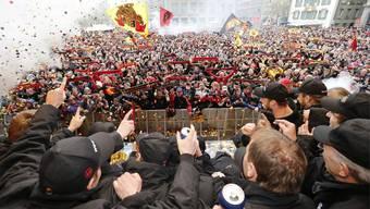 Der SCB feiert mit den Fans auf den Strassen den Meistertitel