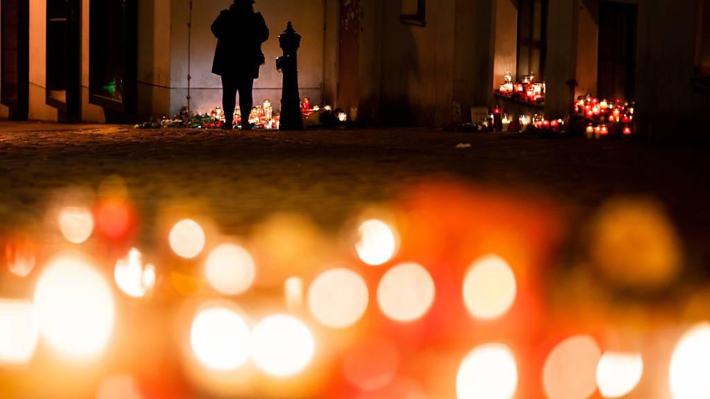 Trauer um die Todesopfer nach dem Anschlag: Kerzen brennen am Tatort in der Wiener Innenstadt. Foto: Georg Hochmuth/APA/dpa