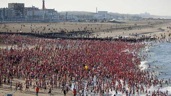 Teilnehmer des Neujahrsschwimmen im niederländischen Scheveningen.