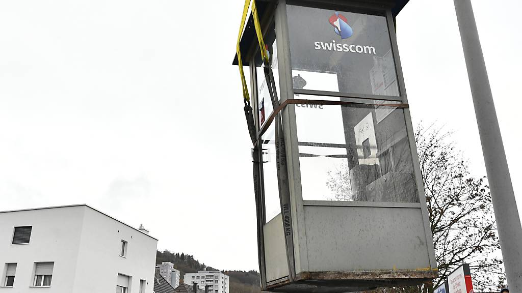 Auf dem Weg ins Museum: Die letzte von Swisscom betriebene Telefonkabine wurde in Baden AG abtransportiert.