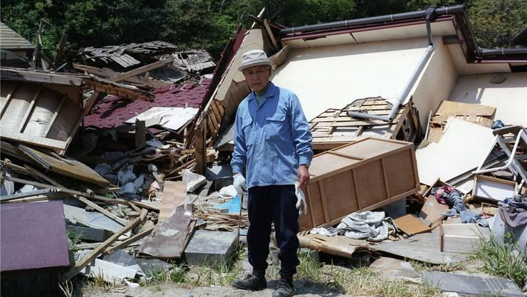 Ein 64-jähriger Japaner namens Shibuya sucht in den Überresten seines Hauses nach seinem Hab und Gut.Fotos: Andreas Seibert