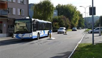 Der Bus 503 bei der Haltestelle Feldstrasse konnte bis vor kurzem noch überholt werden. Nun hat der Kanton zwei Verkehrsinseln mit Hinweisschildern aufgestellt. So ist das Überholen verboten.