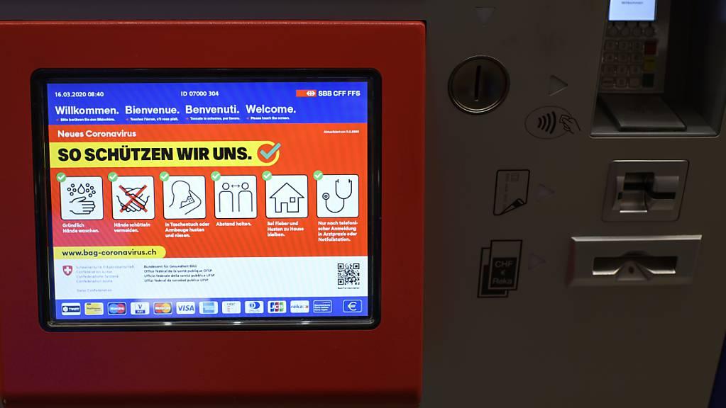 Immer weniger Züge und Busse: Die SBB bitten Reisende, ihre Fahrkarten online zu lösen und sich unterwegs an die Hygieneregeln zu halten.