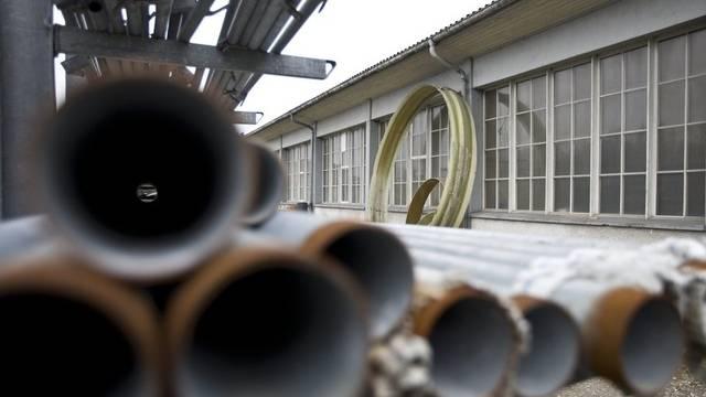 Stahlrohre auf einem stillgelegten Firmengelände (Symbolbild)