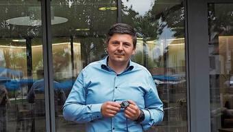Michael Risch mit einer fürs Tracing eingesetzten Smartwatch.