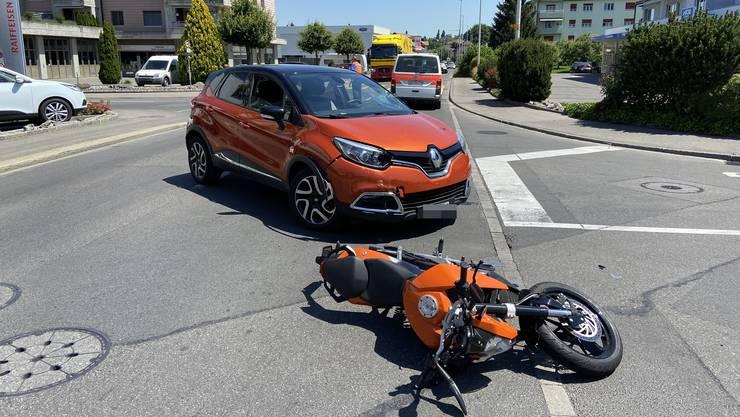Am Dienstag ereignete sich in Reinach ein Zusammenprall zwischen einer Autofahrerin und einem Motorradlenker.