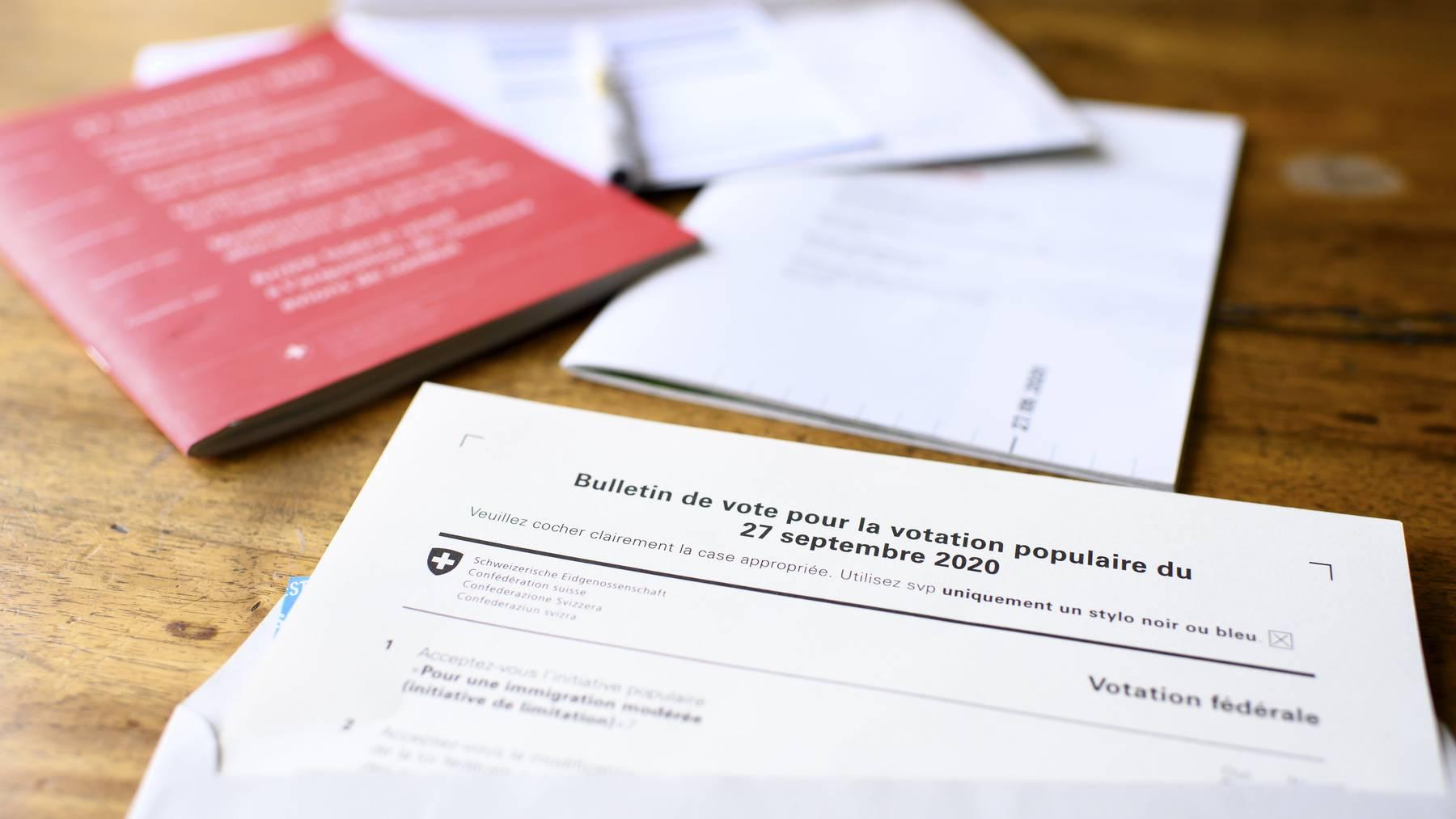 Das rote «Abstimmungsbüechli» traf bei vielen Auslandschweizern zu spät ein. (Symbolbild)
