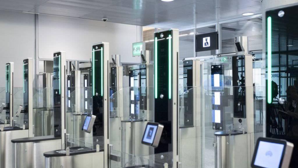Auch die automatisierte Passkontrolle brachte keine wesentliche Verbesserung bei den Wartezeiten am Flughafen Zürich. (Archivbild)