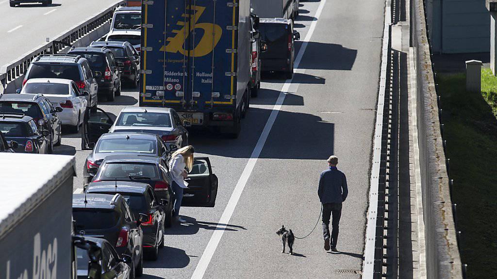 Wer in den Süden fahren wollte, brauchte am Samstag Geduld vor dem Gotthard-Südportal. Zwischenzeitlich stauten sich die Autos auf bis zu 13 Kilometern.