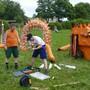 Letzte Vorbereitungsarbeiten an einem Drachen.