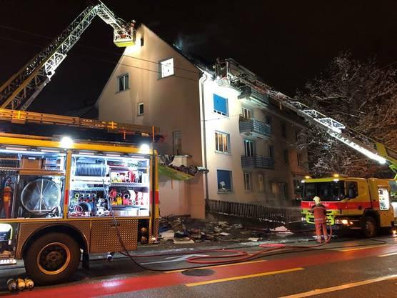 Das Feuer brach kurz vor 20 Uhr in einer Dachwohnung im dritten Stock des Hauses an der Rousseaustrasse im Stadtkreis 10 aus.