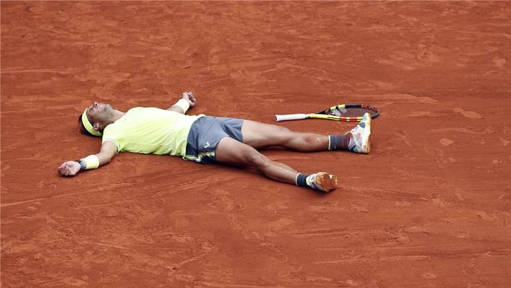 Die Erlösung nach drei Stunden Finalkampf: Sandkönig Rafael Nadal macht seinem Ruf alle Ehre und gewinnt zum 12. Mal die French Open.