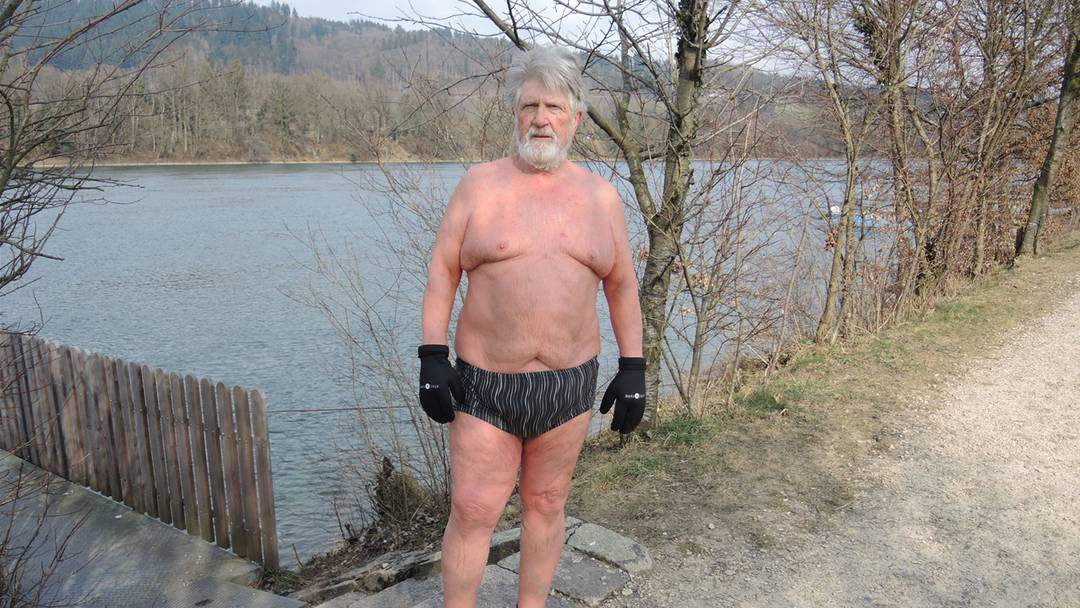 Nein, auch Kältehoch Hartmut kann ihn nicht abhalten: Jakob Vogt bei seinem täglichen Bad im Rhein