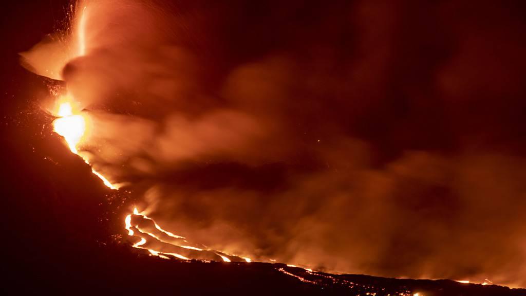 Lava aus dem Vulkan Cumbre Vieja erreicht das Meer auf der kanarischen Insel La Palma. An dem vor zwölf Tagen ausgebrochenen Vulkan hat sich ein neuer Schlot gebildet. Der neue Lavastrom fließt den Behörden zufolge parallel zu den älteren im Südwesten La Palmas und ist relativ klein. Foto: Kike Rincón/EUROPA PRESS/dpa