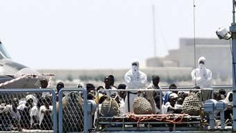 """Die Hilfsorganisation SOS Méditerranée hatte die Migranten mit der von ihr gecharterten """"Aquarius"""" ursprünglich aus Seenot gerettet. Danach wurde das Schiff von Italien und Malta abgewiesen. Verteilt auf insgesamt drei Schiffe kamen die Flüchtlinge nun am Sonntag in der spanischen Stadt Valencia an."""