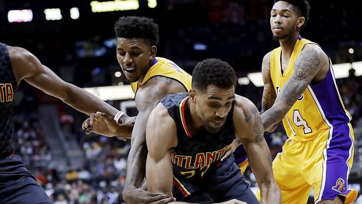 Kam ins Straucheln: Der Waadtländer Thabo Sefolosha (vorne) kassiert mit den Atlanta Hawks gegen die Los Angeles Lakers die erste Saisonniederlage