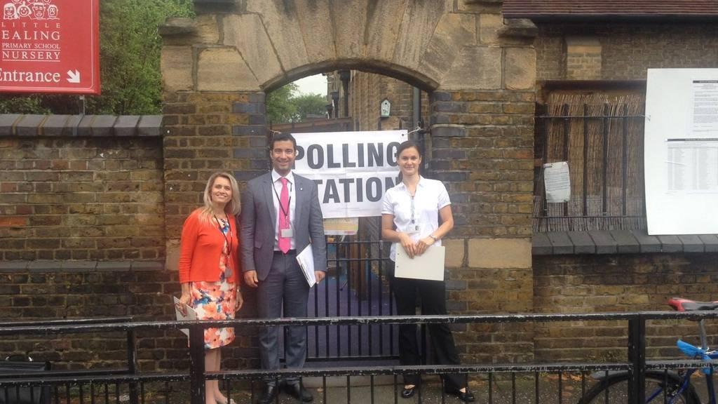 Andrea Caroni vor einem Stimmlokal in London mit zwei Wahlbeobachterinnen.
