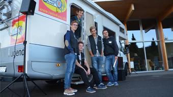 Junge Radiomacher: Jugendarbeiter Marco Jörg (rechts) mit Jugendlichen vor dem mobilen Radiostudio.