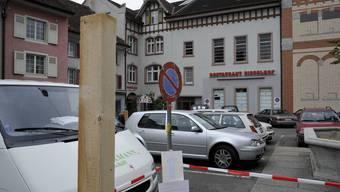Platznot: Weil es im Stedtli wegen der vielen Baustellen zu wenig Parkplätze gibt, parkieren viele Besucher auf den Parkplätzen des Restaurants Ziegelhof. (Bild: Martin Töngi)