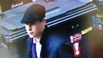 Einer der beiden Täter wurde von einer Überwachungskamera eingefangen.