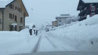 In Airolo (TI) gab es seit Freitag über einen Meter Neuschnee. Der viele Neuschnee im Süden führte in den Tessiner Bergen und Südbünden aber auch zu einer hohen Lawinengefahr. Und es schneit noch weiter: Bis morgen Montag kann es in Teilen der Schweiz nochmals bis zu 50 Meter Schnee geben.